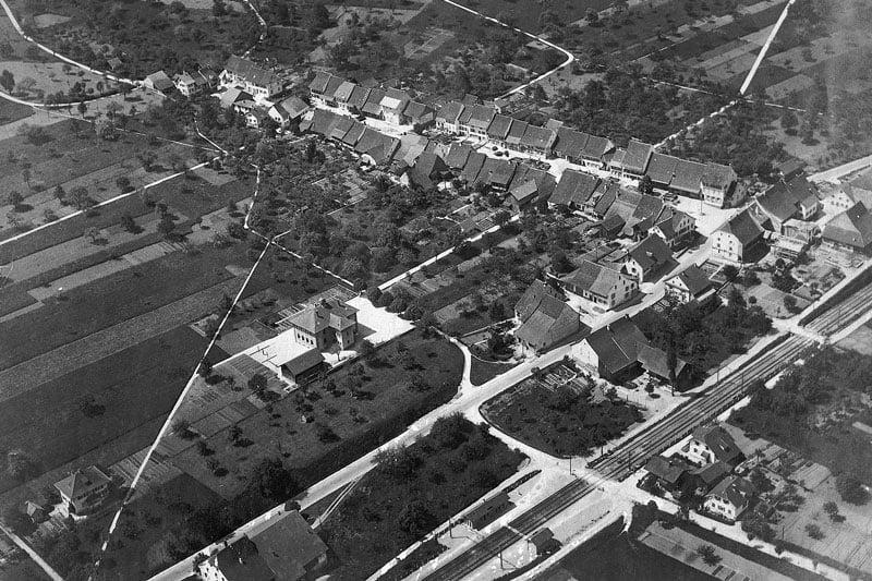 ca. 1929 Flugaufnahme, das Schulhaus am Rande des Dorfes
