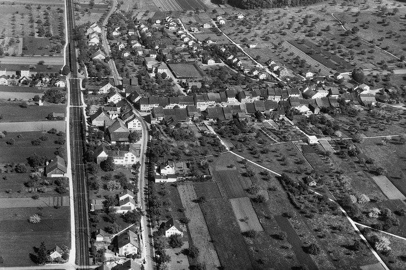 ca. 1960 Flugaufnahme, das Dorf beginnt zu wachsen